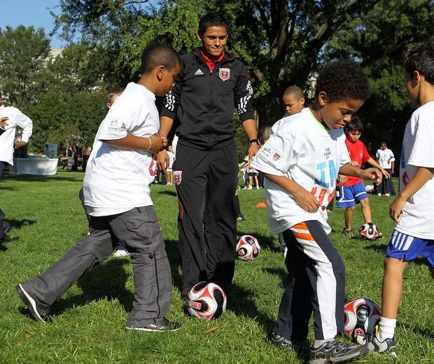 Crianças praticam futebol Washington: cena pode se tornar cada vez mais comum (Foto: Getty Images)