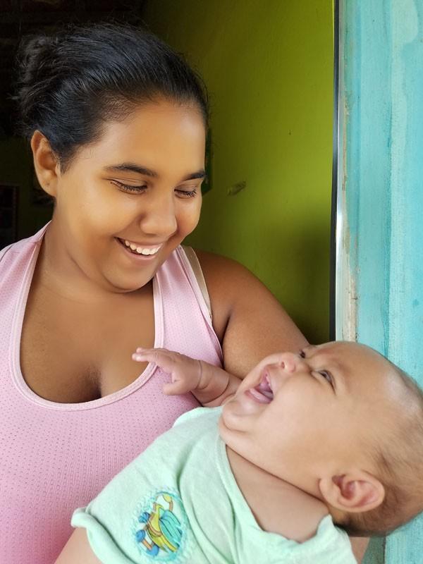 Djamila Gomes com a pequena Ana, que hoje tem 1 ano e sete meses (Foto: Arquivo Pessoal)