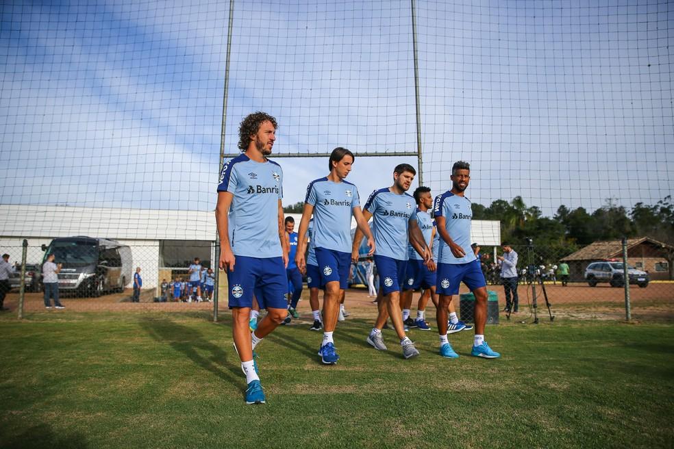 Geromel e Kannemann fizeram trabalho físico com o restante dos companheiros — Foto: Lucas Uebel/Grêmio