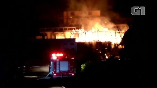 Incêndio destrói hotel em Campos do Jordão, SP