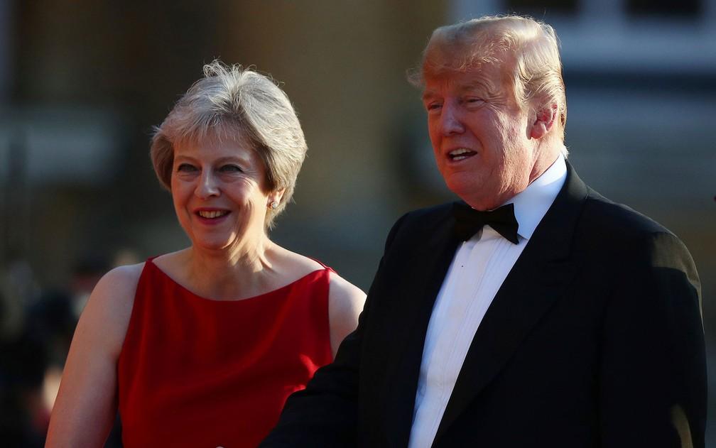 A primeira-ministra britânica Theresa May e o presidente dos EUA, Donald Trump, recebem convidados para jantar de gala no Blenheim Palace, em Oxford, na Inglaterra, na quinta-feira (12) (Foto: Reuters/Hannah McKay)