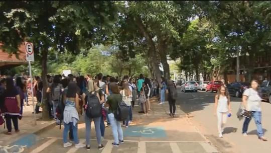 Estudantes da UFU protestam contra morte de cachorro em Uberlândia
