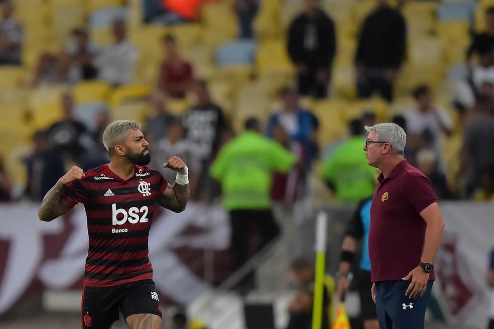 Gabigol comemora gol pelo Flamengo enquanto Odair cobra grupo do Fluminense — Foto: André Durão