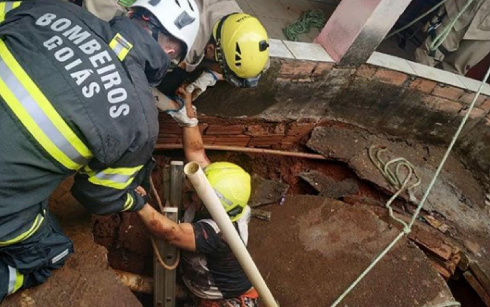 Mulher se emociona ao ser retirada de fossa de cinco metros de profundidade, em Rialma; vídeo