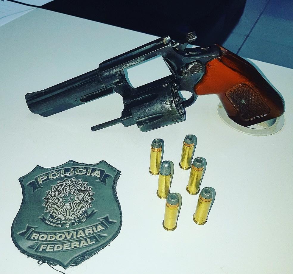 Policiais rodoviários apreenderam uma arma de fogo durante a operação no Maranhão  — Foto: Divulgação/Polícia Rodoviária Federal