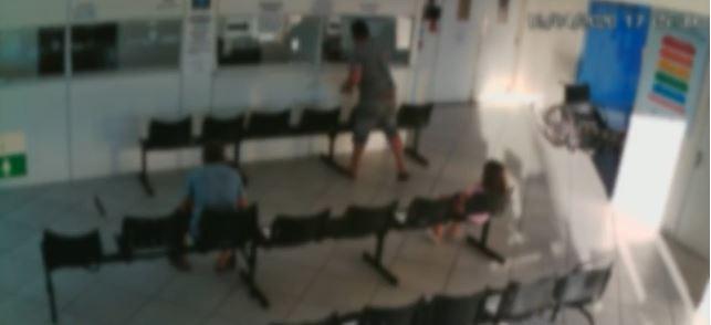 Homem destrói balcão de unidade de saúde e deixa funcionário ferido em SC; VÍDEO