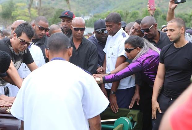 Amigos e familiares no enterro de Mr. Catra (Foto: Daniel Pinheiro/AgNews)