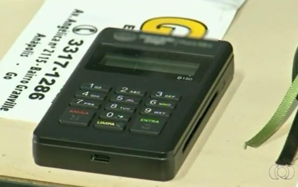 Delegado suspeita que pastor usava máquina de passar cartão em golpes  (Foto: Reprodução/ TV Anhanguera)