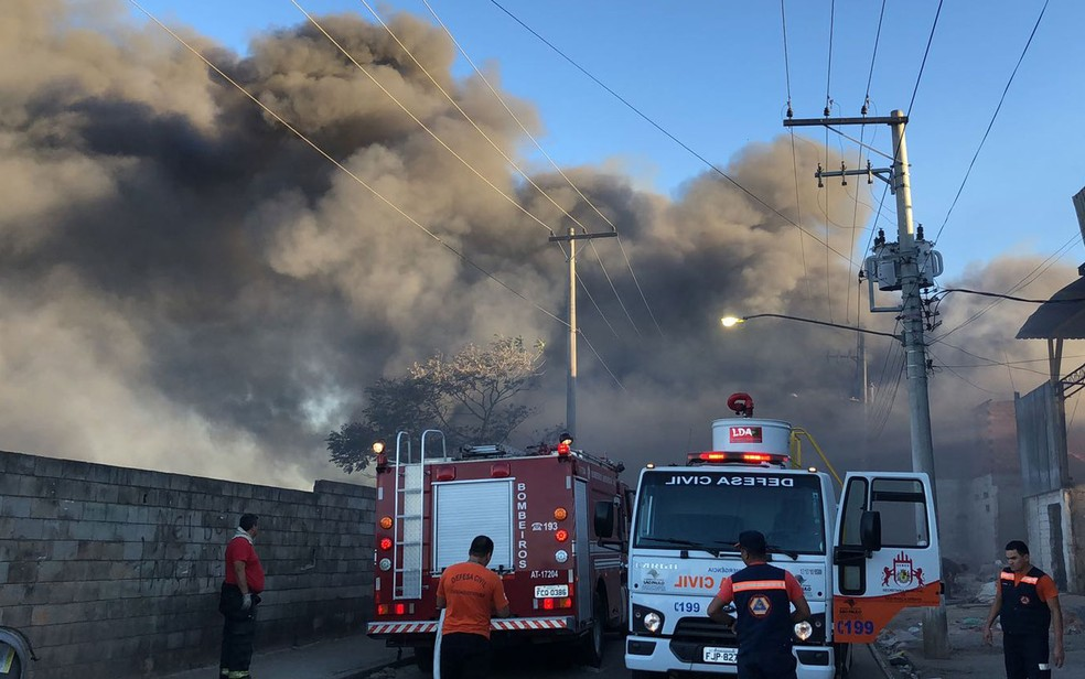 Viaturas dos Bombeiros chegam para combater o incêndio em Itaquaquecetuba (Foto: Divulgação/Bombeiros Pmesp)