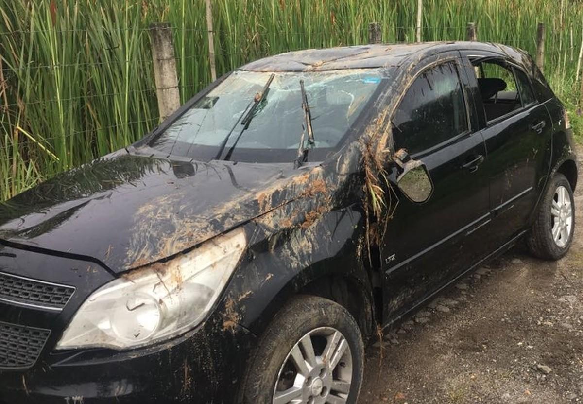 Carro cai em córrego e quatro jovens morrem em acidente em Mogi, diz polícia