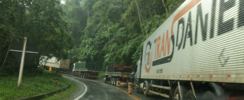 Acidente gerou 12 quilômetros de congestionamento na rodovia (Foto: Divulgação/PRF)
