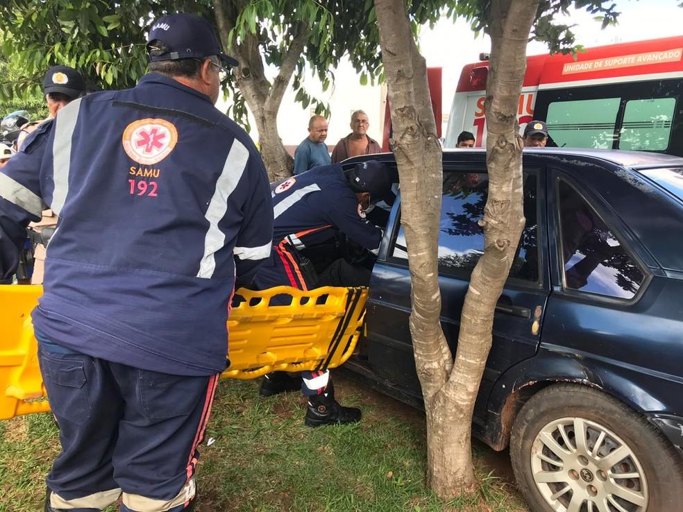 Militar bateu carro em árvore após passar mal no volante — Foto: Geovanni Pereira/Portal Fatos e Noticias/Divulgação
