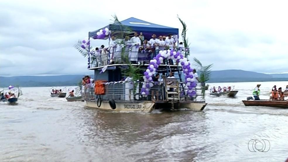 Barco com devotos percorre rio Tocantins (Foto: Produçào TV Anhanguera)