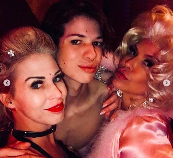 A modelo Perla Ferrar na festa celebrando a assinatura de seu divórcio do guitarrista Slash (Foto: Instagram)