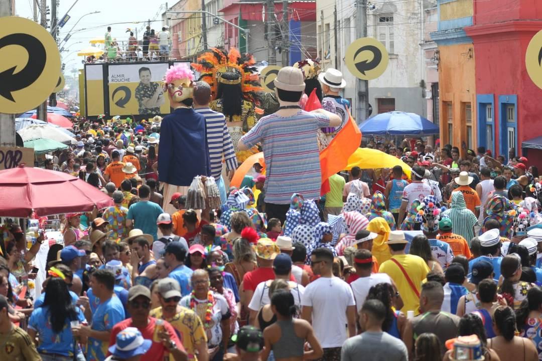 Bonecos Gigantes participam do desfile do Galo da Madrugada