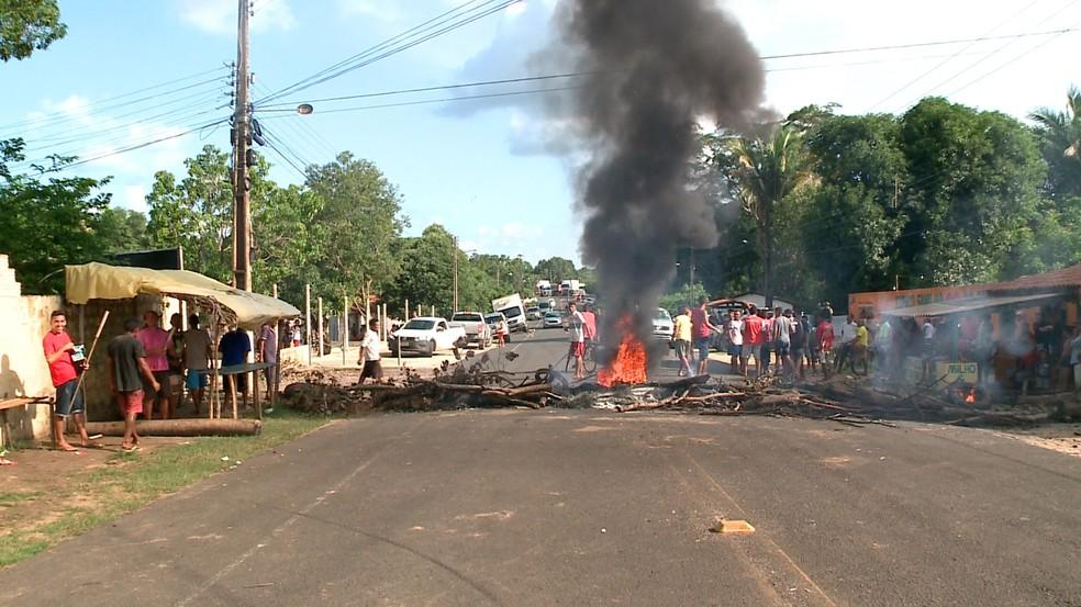 Moradores estão há três dias sem energia e interditam PI-112, zona rural de Teresina — Foto: Reprodução/TV Clube