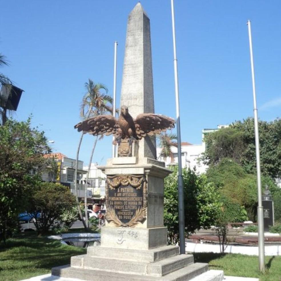 Pontos por onde Dom Pedro passou foram marcados por monumentos, como este obelisco em Pindamonhangaba (Foto: Paulo Rezzutti)