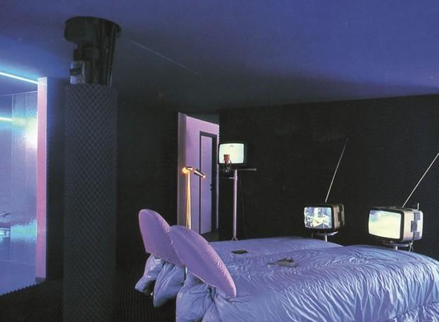 Na Casa Telematica de Ugo La Pietra, instalação de 1982, cada móvel tem uma TV acoplada (Foto: Arquivo Ugo La Pietra/Reprodução)