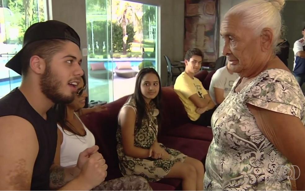 Zé Felipe revela para a aposentada que é filho de Leonardo (Foto: Reprodução/TV Anhanguera)