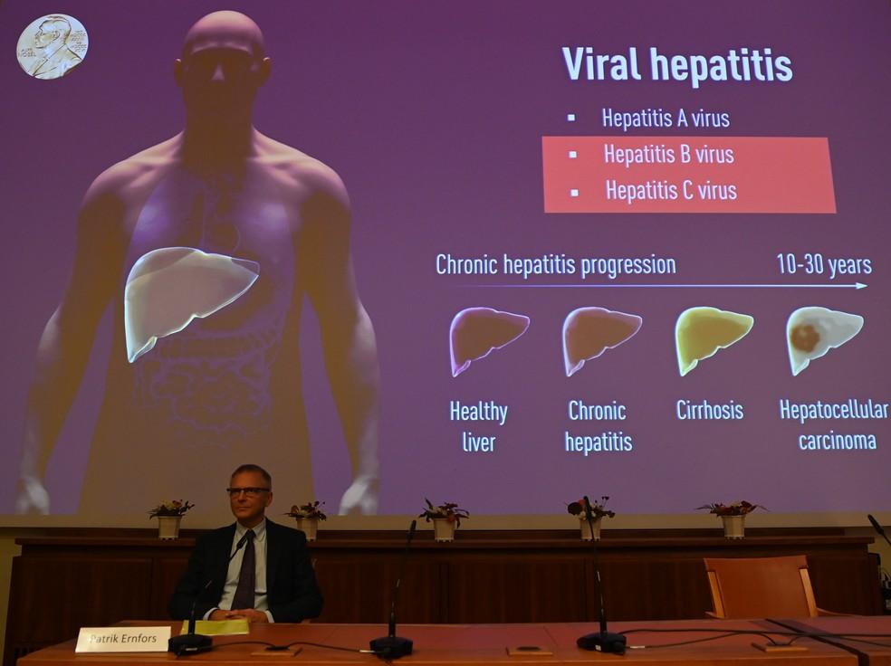 Foto mostra painel do comitê do Prêmio Nobel, nesta segunda-feira (5), com informações sobre hepatite viral - as imagens mostram a diferença entre um fígado saudável, um com hepatite crônica, um com cirrose e um com carcinoma hepatocelular, um típo de câncer no órgão. A Academia Sueca concedeu o Prêmio Nobel em Medicina aos três cientistas responsáveis pela descoberta do vírus da hepatite C. — Foto: Jonathan Nackstrand / AFP