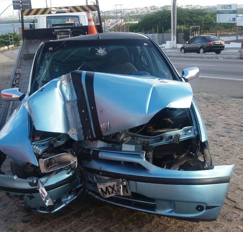 Carro se chocou contra poste em acidente registrado na Zona Norte de Natal (Foto: PRF/Divulgação)
