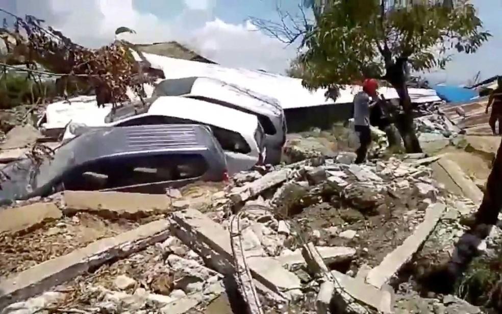 Escombros e carros destruídos em Petobo, Sulawesi — Foto: Cruz Vermelha da Indonésia / via Reuters