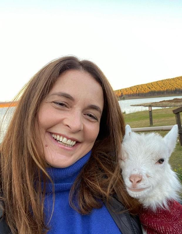 Claudia Abreu e a cabrita Cris (Foto: Reprodução/Instagram)