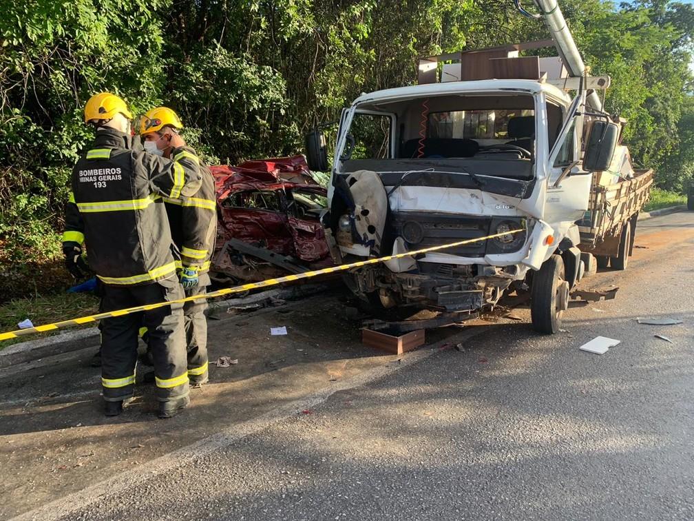 Acidente ocorreu na BR-251, em Francisco Sá, e envolveu carro e caminhão — Foto: Juliana Gorayeb/Inter TV