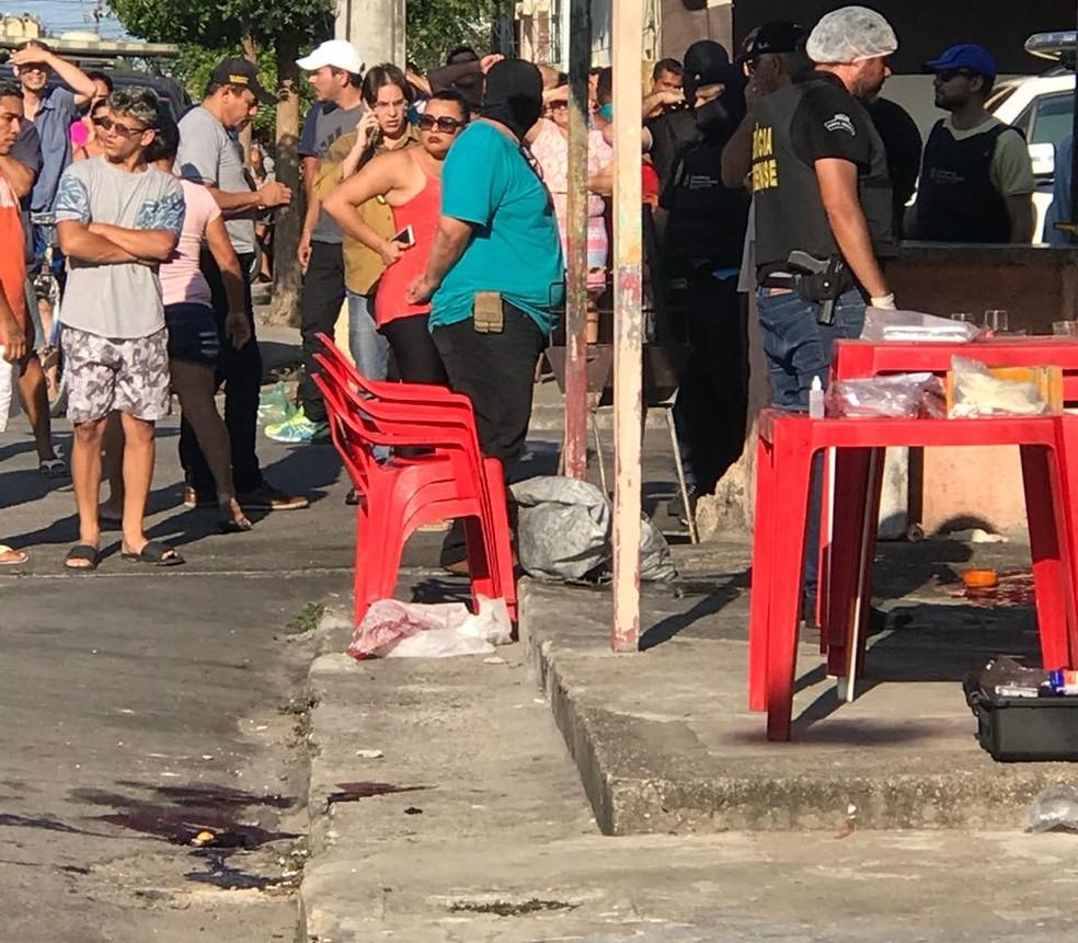 Polícia, Perícia Forense e populares no bar onde três policiais foram executados a tiros, em Fortaleza. (Foto: TV Verdes Mares/Reprodução)