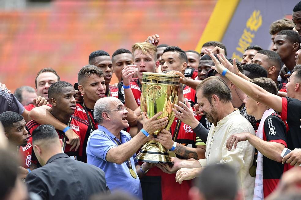 Eduardo Bandeira de Mello levanta a taça da Copinha com jogadores do Flamengo (Foto: Marcos Ribolli)