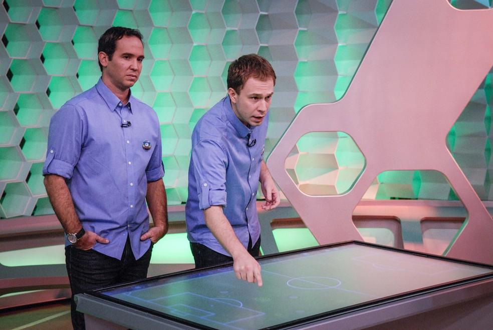 Tiago Leifert e Caio Ribeiro no 'Central da Copa', programa que ainda comanda nos anos de Copa do Mundo — Foto: Globo/Rafael Sorín