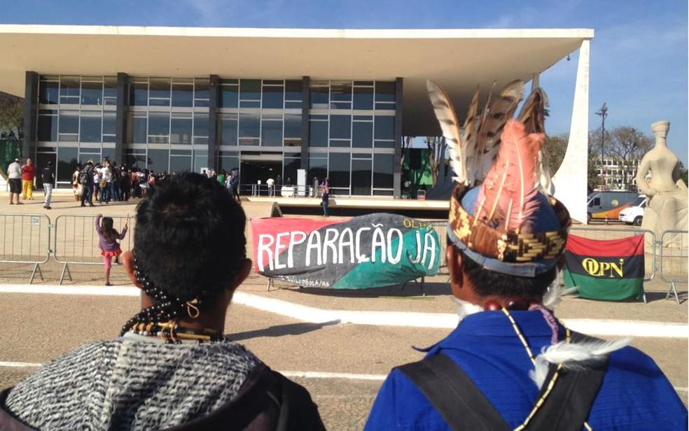Indígenas reunidos em frente ao Supremo Tribunal Federal, em Brasília, em vigília por demarcação de terras (Foto: Bianca Marinho/G1)