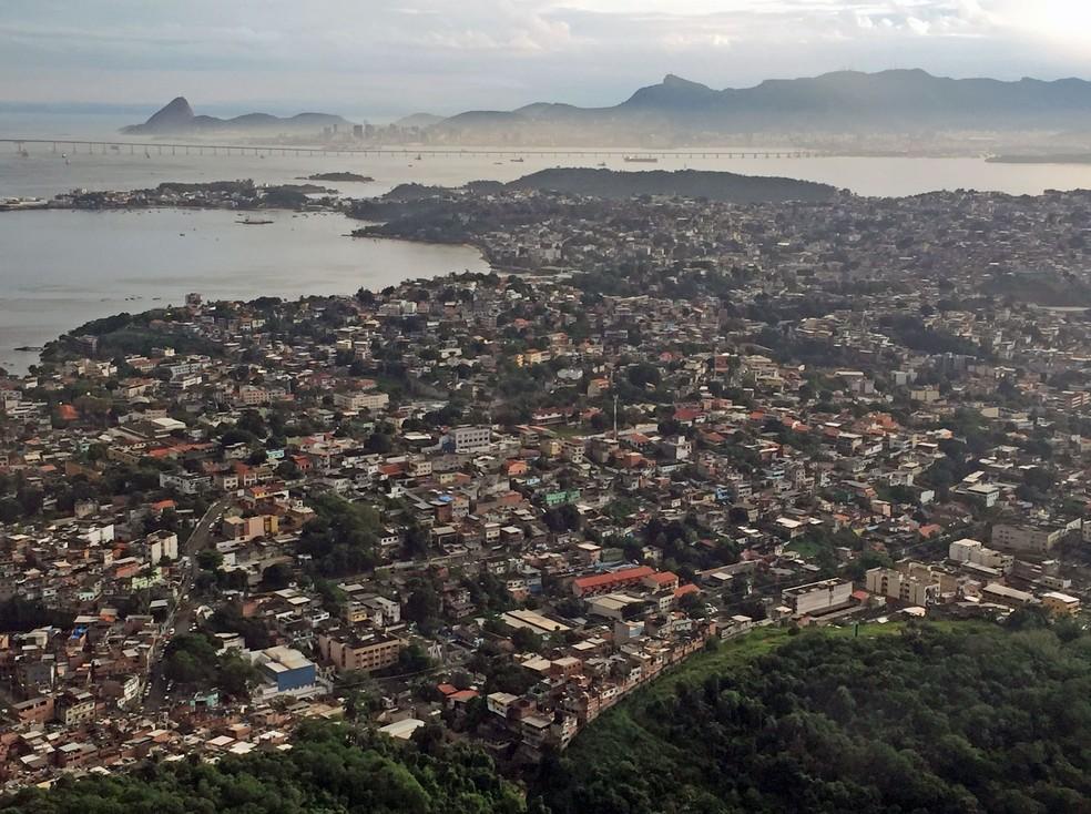 Favelas da Ilha do Governador como o Dendê são portas de entrada para armas via Baía de Guanabara, dizem investigadores (Foto: José Raphael Berrêdo/G1)