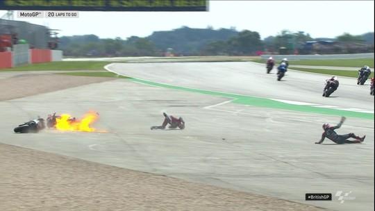 Vice-líder da MotoGP sofre acidente na largada em Silverstone e vê moto em chamas