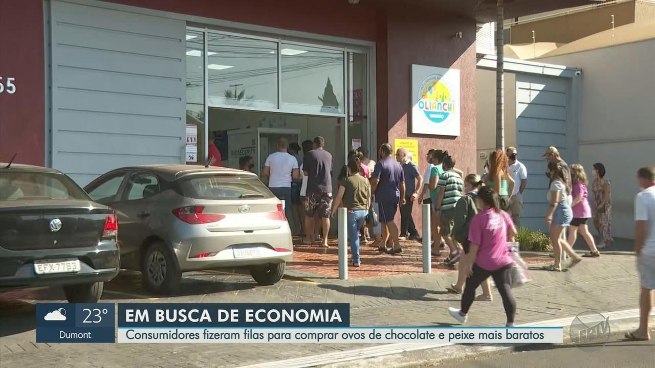 Consumidores fazem fila para comprar produtos para Páscoa em Ribeirão Preto, SP