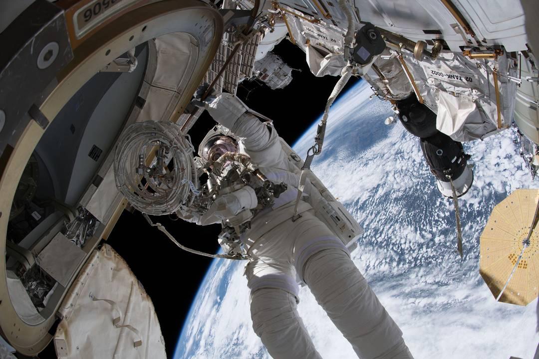 O astronauta Drew Feustel em caminhada espacial na ISS em junho deste ano
