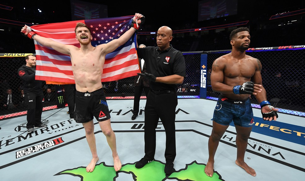 Edmen Shahbazyan nocauteia Byrd com 38s de luta — Foto: Jeff Bottari/Zuffa LLC