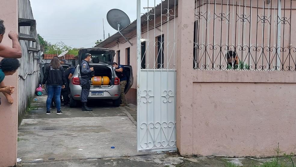Criminosos invadem casa e matam motorista em Manaus — Foto: Eliana Nascimento/G1