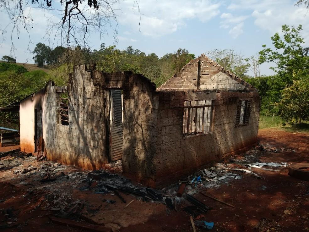 Casa pegou fogo na área rural de Jataizinho — Foto: Leopoldo Karam/RPC