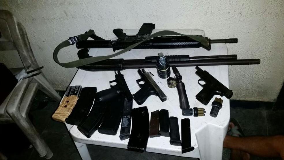 Armas e munições apreendidas durante investigações contra organização criminosa que atua no tráfico da Região dos Lagos do Rio — Foto: Divulgação/Polícia Federal