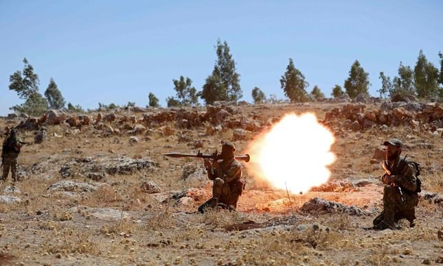 Um soldado da Tahrir al-Sham dispara um foguete, em um treinamento na Síria, em agosto de 2018
