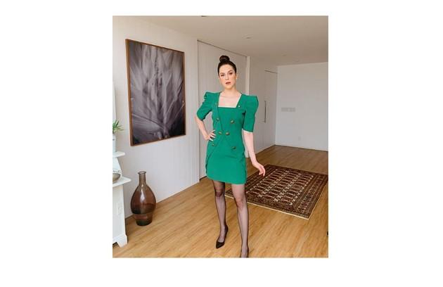 A atriz na sala, que às vezes usa para exercícios e onde pretende também treinar para a 'Super dança dos famosos' (Foto: Reprodução)
