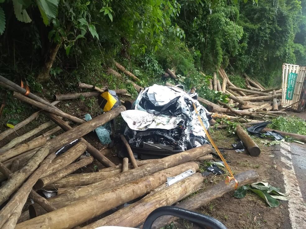 Carro foi destruído pelo impacto das toras de madeira que caíram do caminhão em Botucatu  — Foto: Corpo de Bombeiros/ Divulgação