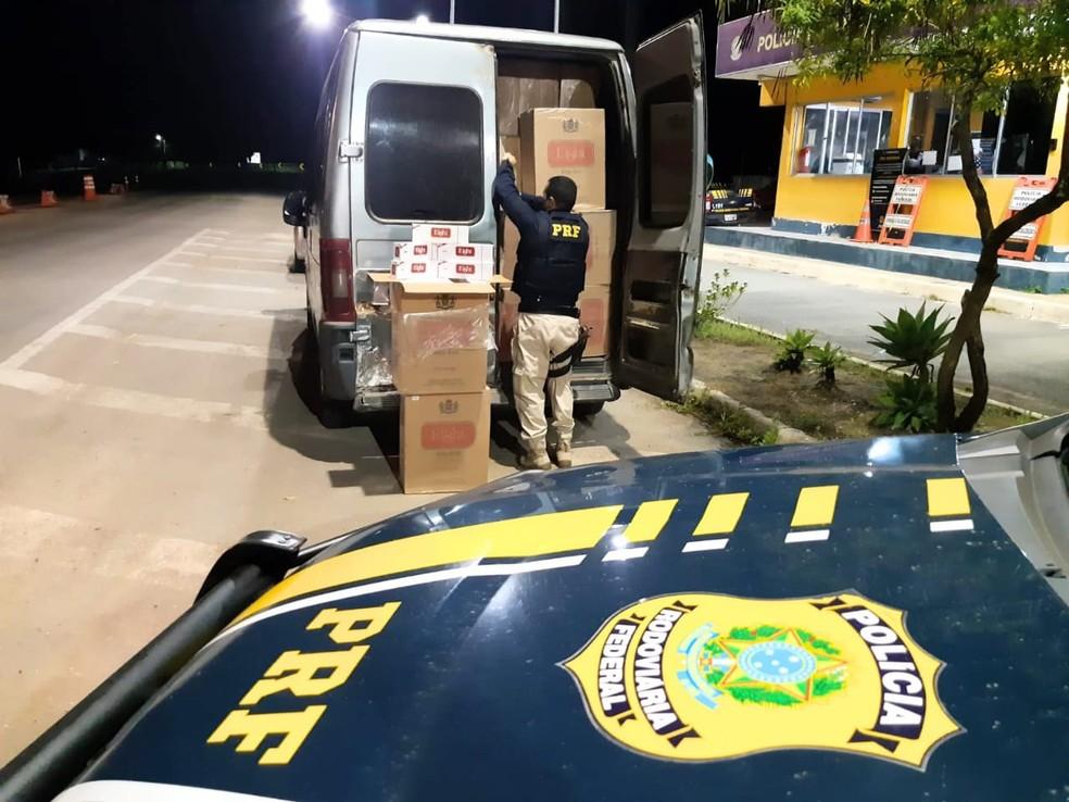 Dentro da van foram encontradas 140 caixas de cigarro. — Foto: Polícia Rodoviária Federal