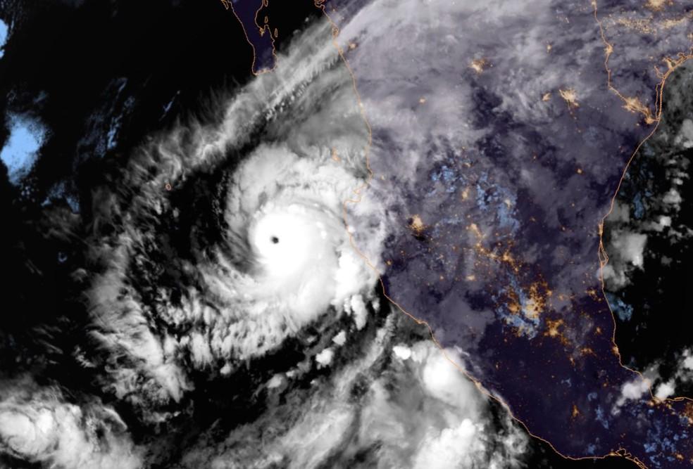 Furacão Willa se formou no Pacífico oriental e seguia a caminho da costa oeste do México — Foto: NOAA / via AP