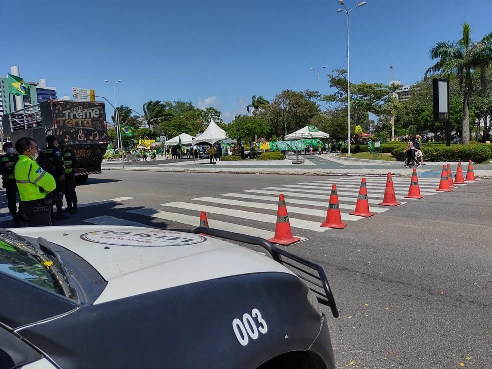 9h40 - Polícia Militar e agentes de trânsito interditam parte da avenida Prudente de Morais durante protesto em Natal — Foto: Lucas Cortez/Inter TV Cabugi
