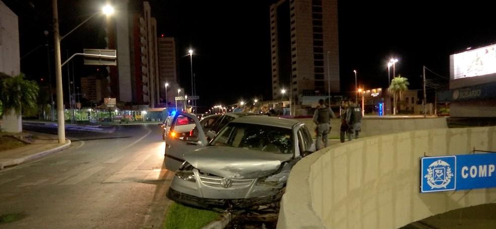 Carro bateu na mureta do viaduto do trevo do Bairro Santa Rosa, em Cuiabá. — Foto: TV Centro América