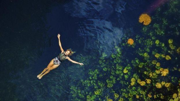 Objetivo do Wonderland Project é fazer com que qualquer pessoa possa nadar e mergulhar em cenotes sem sair de casa, por meio da realidade virtual (Foto: Xenotes via BBC News)