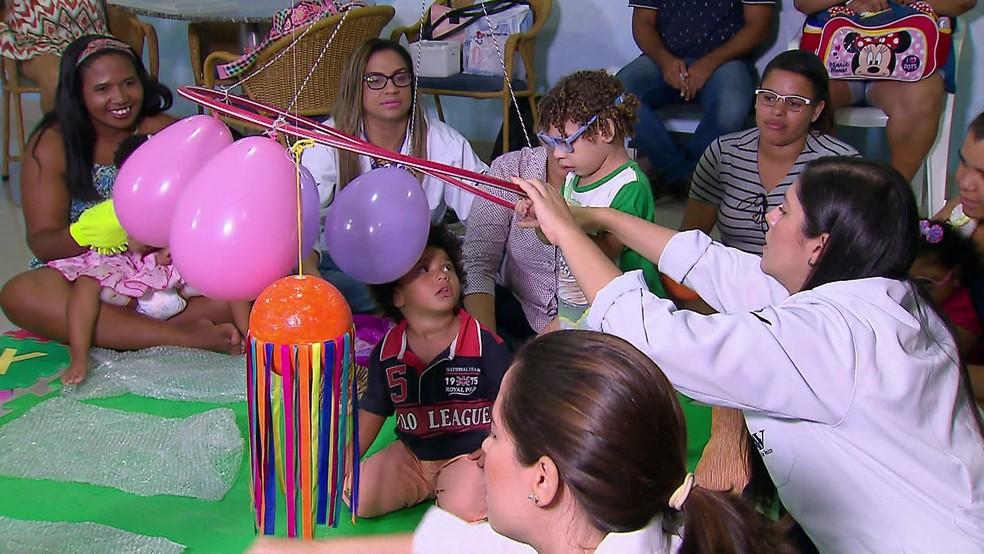 Mães enfrentam rotina de 'maratonista', com série de atividades, para auxiliar no desenvolvimento de filhos com a síndrome congênita do zika (Foto: Reprodução/TV Globo)