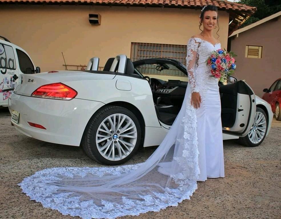 Costureira de Ibaté faz o próprio vestido e de todas as madrinhas e abre coleção de vestidos de festa — Foto: Arquivo pessoal